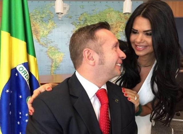 En una de las fotografías aparece el ministro de Turismo, Alessandro Golombiwsk Teixera y su esposa Milena Santos. (Foto: Facebook/Milena Santos).