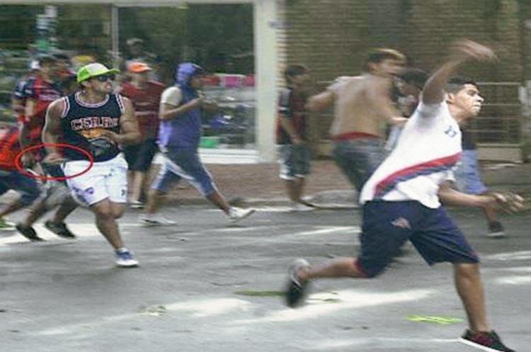 Esta fotografía se hizo viral en las redes sociales y se puede ver a Báez corriendo a los aficionados rivales. (Foto Prensa Libre: Twitter)