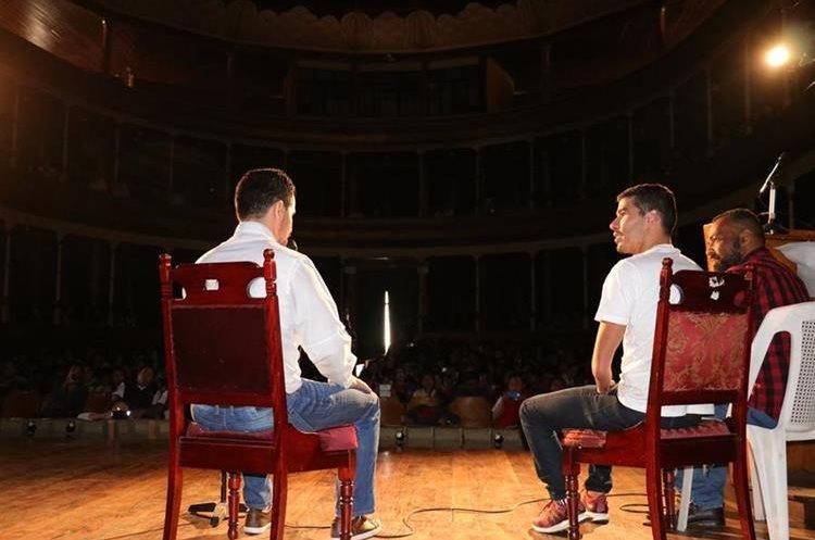 Gabriel Sagastume -izquierda- reconocido exseleccionado nacional de taekwondo fue el encargado de la entrevista. (Foto Prensa Libre: Raúl Juárez)