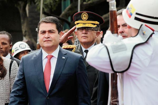 Los cuerpos de seguridad hondureños desbarataron plan para asesinar al presidente de Honduras, Juan Orlando Hernández. (Foto Prensa Libre:EFE)EFE
