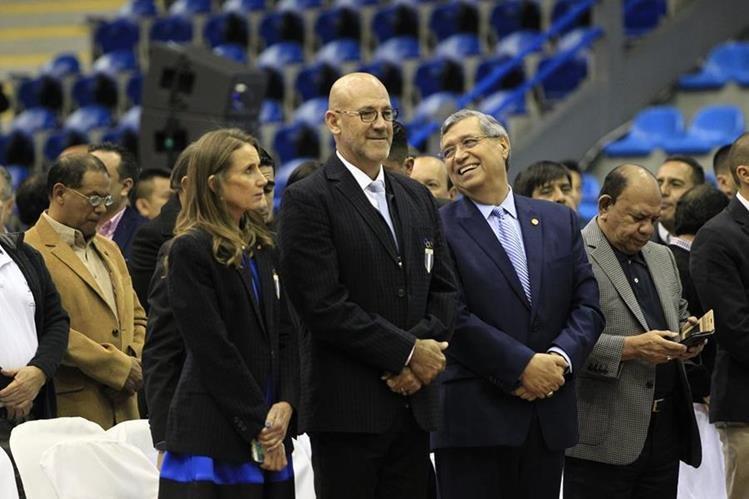 Gerardo Aguirre —izquierda— junto al vicepresidente Jafeth Cabrera, en la juramentación para los Juegos Centroamericanos de Managua. (Foto Prensa Libre: Carlos Hernández)