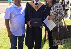 Eli Chávez —centro—, el dreamer de origen guatemalteco, junto a sus padres, José Chávez y Paola Chávez, cuando se graduó de preparatoria, en el 2014. (Foto Prensa Libre: Cortesía José Chávez)