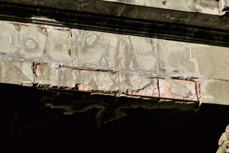 La humedad  provoca el desmoronamiento de las capas exteriores de las estructuras.