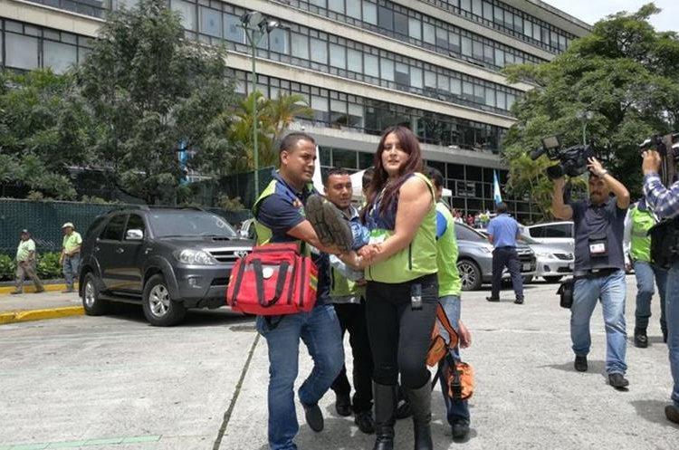 Brigadas colaboran en la evacuación de heridos