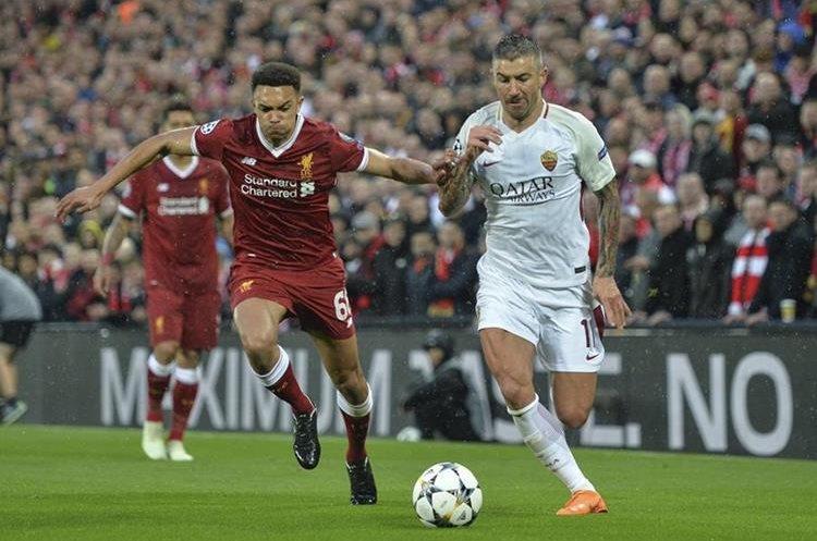 Trent Alexander-Arnold del Liverpool (i) disputa el balón con Aleksandar Kolarov de la AS Roma en el duelo que los italianos lucharon por evitar la derrota. (Foto Prensa Libre: EFE)