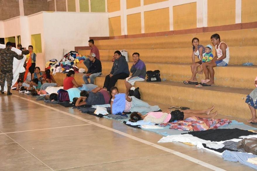 Familias evacuadas son trasladadas al polideportivo de Gualán, Zacapa. (Foto Prensa Libre: Víctor Gómez)