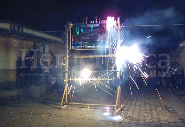 Durante el recorrido del Rezado se queman castillos de luces. (Foto: Néstor Galicia)