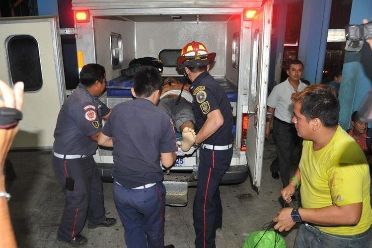 Socorristas trasladan a piloto herido al Hospital Regional de Pajapita, San Marcos. (Foto Prensa Libre: Alexánder Coyoy)