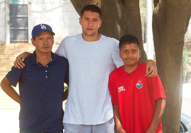 Jeffrey Payeras junto a su padre Emilio y su hermano Benjamín. (Foto Prensa Libre: Norvin Mendoza).