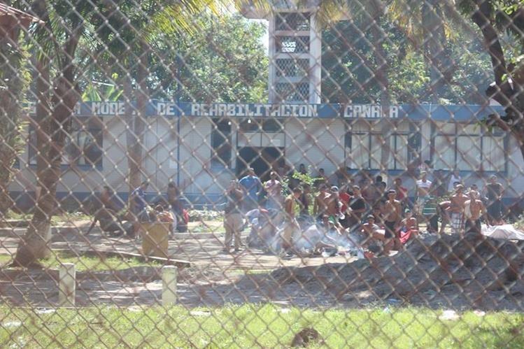 Unos 150 reclusos de la Granja Penal Canadá permanecían aislados y a la intemperie en un patio del área administrativa de la cárcel. (dic. 2015) (Foto Hemeroteca PL)