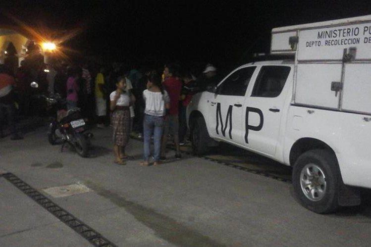 El Ministerio Público recaba evidencias en la gasolinera, donde murieron dos hombres. (Foto Prensa Libre: Edwin Paxtor)