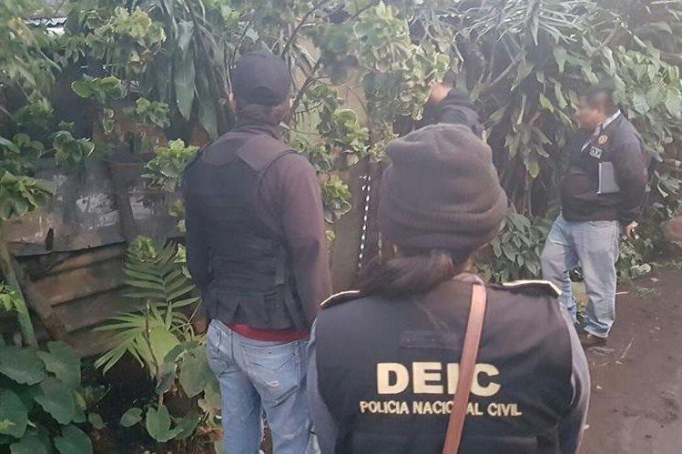 Autoridades participan en uno de los cateos. (Foto Prensa Libre: PNC)