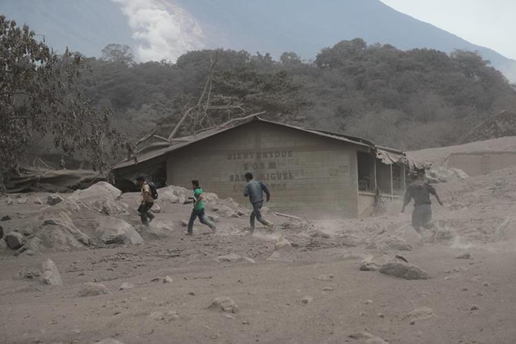 La Escuela rural de la comunidad San Miguel Los Lotes, Escuintla, quedó soterrada por el material del Volcán de Fuego del domingo 3 de junio.Las maestras iniciaron las búsqueda de sus estudiantes. (Foto: Prensa Libre: Carlos Paredes).