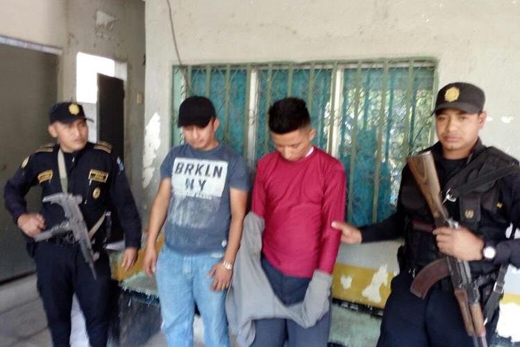 Dos de los detenidos en la ruta entre Chiquimula y Esquipulas. (Foto Prensa Libre: Cortesía PNC).