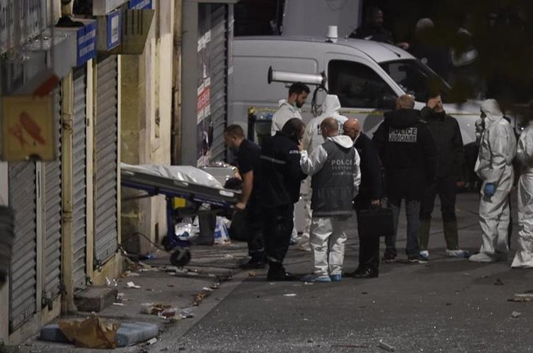 A second body is removed from the apartment raided by French Police special forces earlier in the northern Paris suburb of Saint-Denis, on November 18, 2015, hunting those behind the attacks that claimed 129 lives in the French capital five days ago. French police said the assault had concluded on an apartment in northern Paris in which at least two jihadists were killed and seven arrested. AFP PHOTO / ERIC FEFERBERG