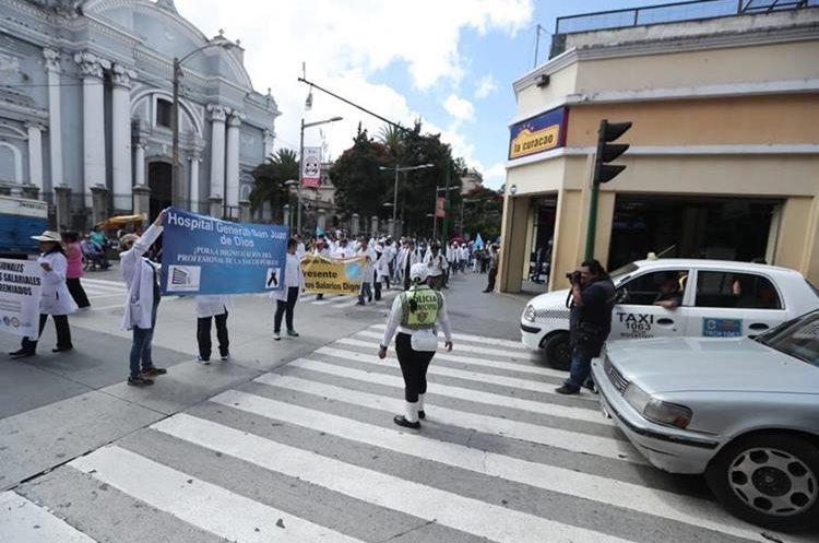 La fila de médicos recorre el Paseo de La Sexta, hacia el Congreso de la República. (Foto Prensa Libre: Juan Diego González)