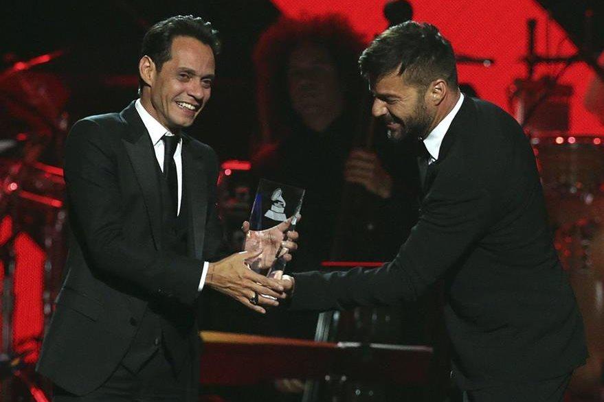 El cantante puertorriqueño Ricky Martin (derecha) entregó el premio a la Persona del año 2016 a Marc Anthony (izquierda). (Foto Prensa Libre: EFE)