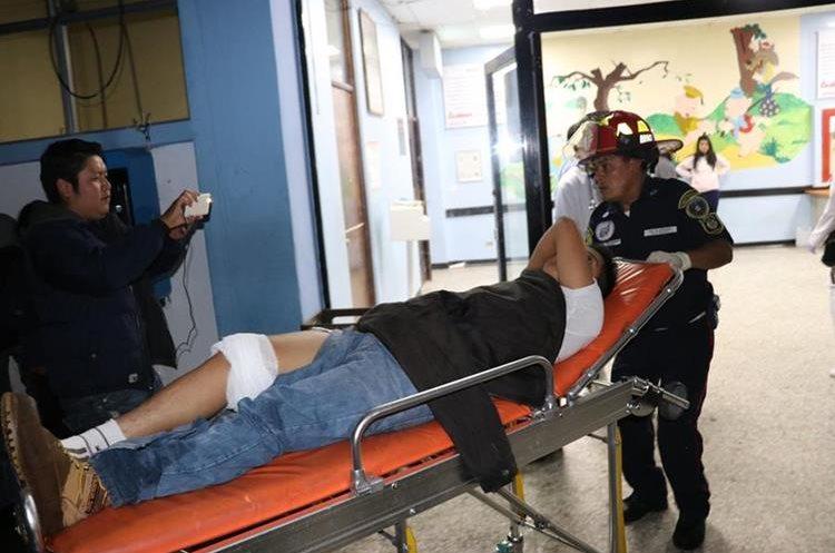 Otro de los heridos cuando es ingresado por socorristas al Hospital Pedro de Betancourt, de Antigua Guatemala. Foto Prensa Libre: Renato Melgar.