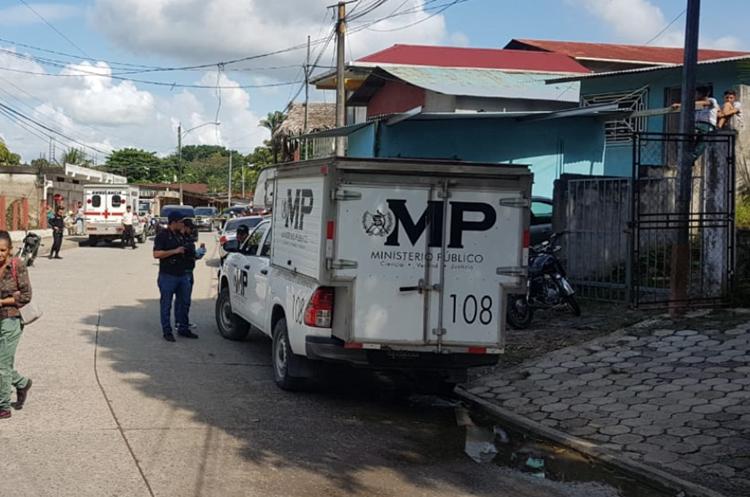 Autoridades resguardan la escena del crimen en Puerto Barrios, Izabal. (Foto Prensa Libre: Dony Stewart).