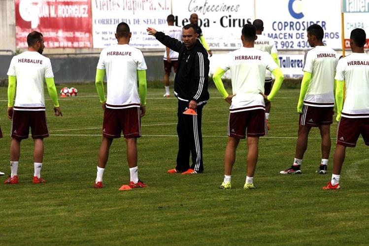 El entrenador de la selección de Venezuela, Rafael Dudamel, durante el entrenamiento realizado en el campo de Portonovo. (Foto Prensa Libre:EFE)