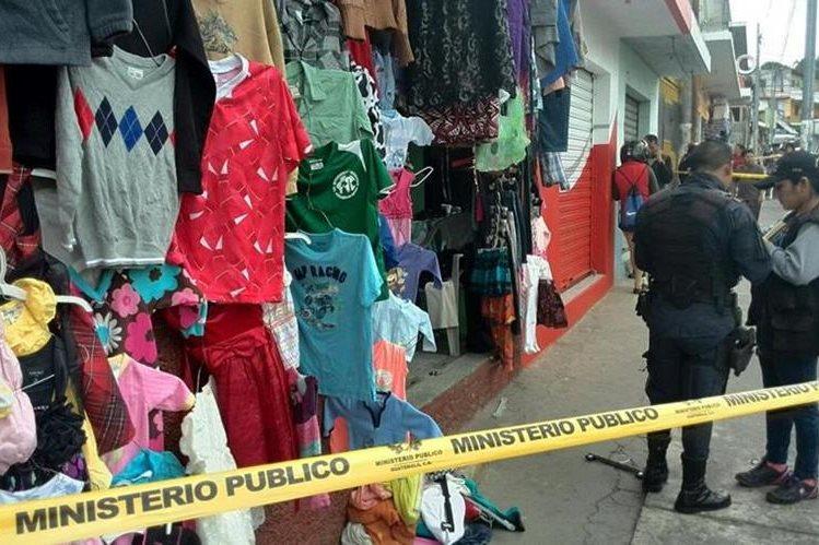 El cuerpo de la mujer baleada quedo frente a una venta de ropa usada que atendía. (Foto Prensa Libre: Estuardo Paredes)