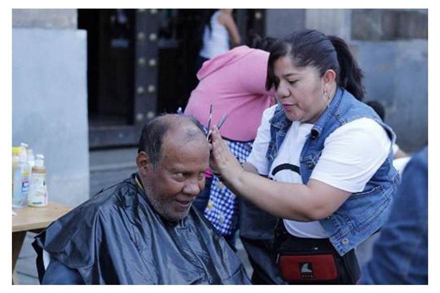 Voluntarios cortan cabello de forma gratuita. (Foto Prensa Libre: Cortesía)