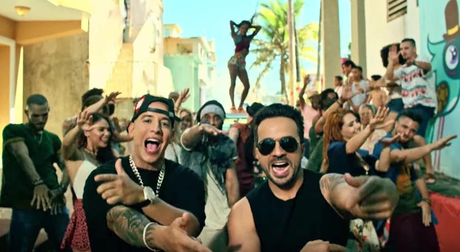 Luis Fonsi canta Despacito junto al rapero Daddy Yankee. (Foto Prensa Libre: YouTube)
