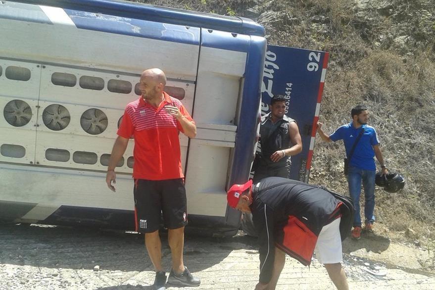 Los jugadores se transportaban hacia el aeropuerto cuando el autobús donde se trasladaban perdió los frenos y volcó. (Foto Prensa Libre: AP)