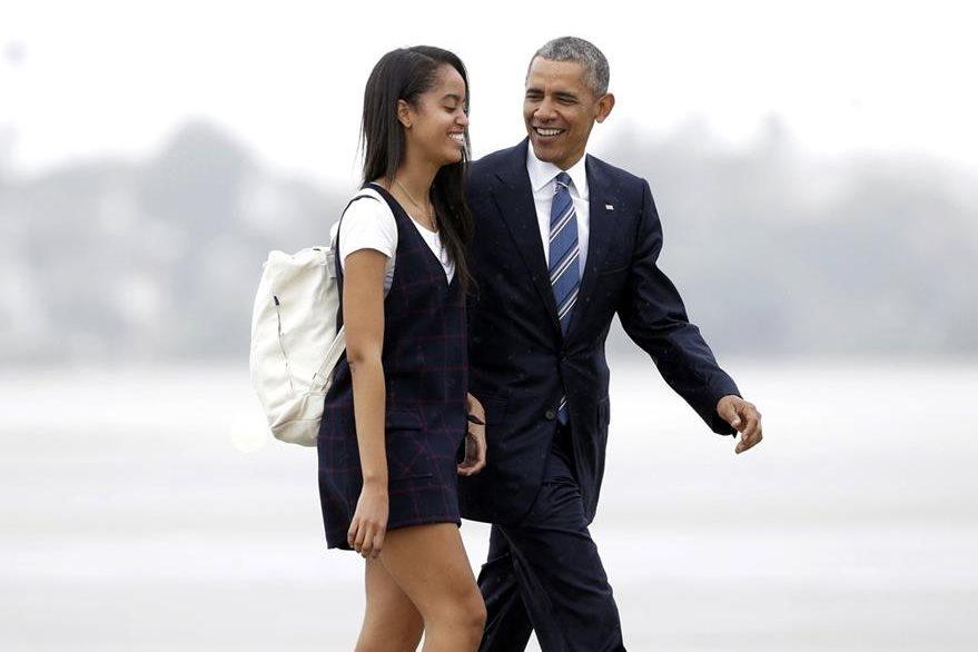 Malia es la única de las dos hijas del presidente de EE. UU., Barack Obama, que lo ha acompañado en viajes de trabajo. (Foto Prensa Libre: AP).