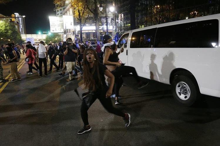 Charlotte, Carolina del Norte, vive su segunda noche de disturbios luego de la muerte de un afrodescendiente. (Foto Prensa Libre: AP)