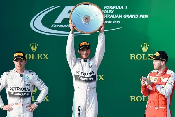 Hamilton celebró en lo más alto del podio este domingo en Australia. (Foto Prensa Libre:AFP)