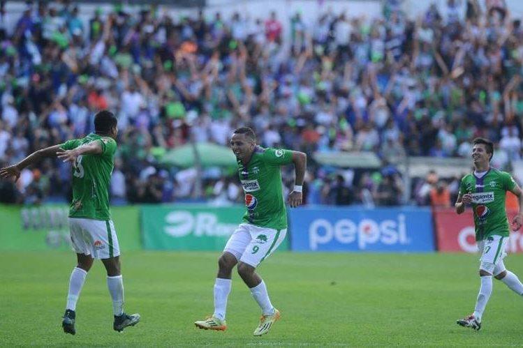 Óscar Isaula celebra la primera anotación, que abrió el camino para que Antigua GFC empatara la serie y luego se coronara campeón. (Foto Prensa Libre: Norvin Mendoza)