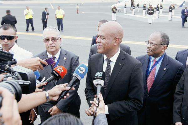 El presidente de Haití, Michel Martelly, a su llegada a Panamá este viernes. (Foto Prensa Libre: EFE).