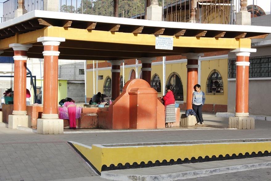 Un grupo de mujeres lavan ropa en la pila pública de San Miguel Morazán, El Tejar, Chimaltenango. (Foto Prensa Libre: Víctor Chamalé)