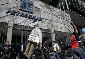 La gigantesca red de corrupción que se enquistó en Petrobras durante una década fue revelada en la operación Lava Jato, que reveló la confabulación de empresarios, directivos de la petrolera y políticos. (Foto Prensa Libre: Hemeroteca PL)