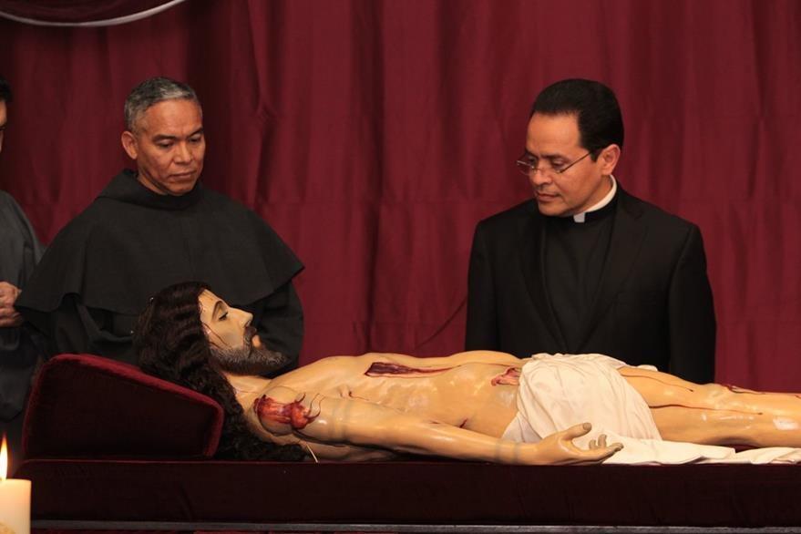 Religiosos también veneraron la sagrada escultura. (Foto Prensa Libre: Edwin Castro)