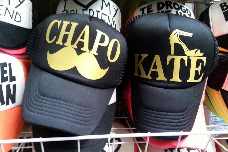 Artículos promocionales con el nombre del capo y la actriz Kate del Castillo se venden en México. (Foto Prensa Libre: EFE).