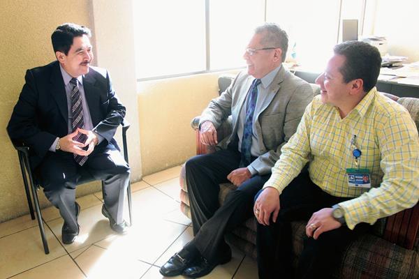 Jorge Molina,  fiscal distrital, —traje negro— Alfredo Palmieri —traje  gris— presidente de la Cámara de Comercio se reunieron en la sede del MP, en la zona 3 de Quetzaltenango. (Foto Prensa Libre: Carlos Ventura)