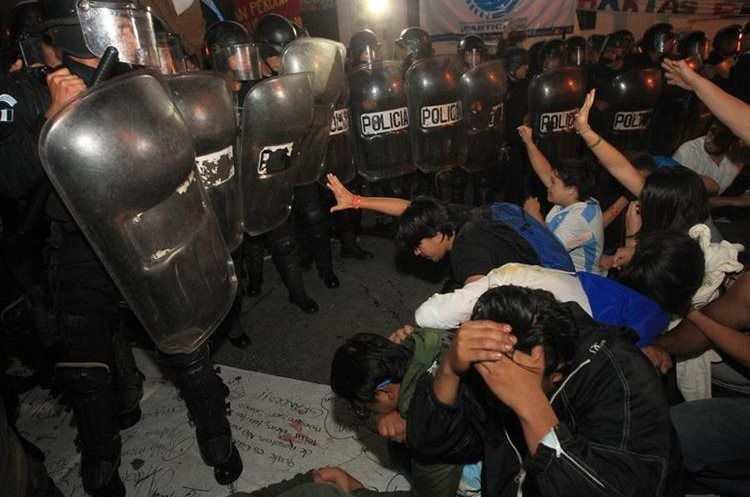 Algunos manifestantes se hincaron ante las fuerzas de seguridad para ya no ser agredidos.
