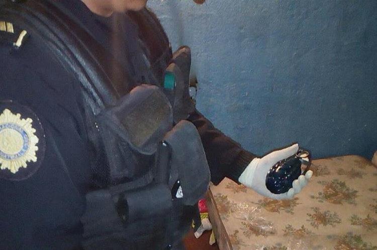 Una granada de fragmentación fue decomisada en un inmueble de la zona 7 de San Miguel Petapa. (Foto Prensa Libre: PNC)