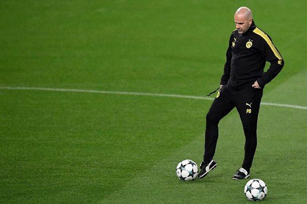 El entrenador del Dortmund, Peter Bosz se prepara para el duelo frente al Real Madrid. (Foto Prensa Libre: AFP)