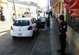 Hombre dispara contra conductor de taxi y agente de PNC lo detine cuando huía. (Foto Prensa Libre: Estuardo Paredes)