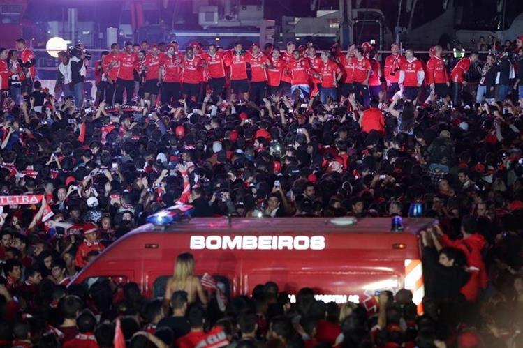 El Benfica fue recibido hoy en el Ayuntamiento de Lisboa por las autoridades municipales y centenares de aficionados que se agolpaban a las puertas del Consistorio. (Foto Prensa Libre: AFP)
