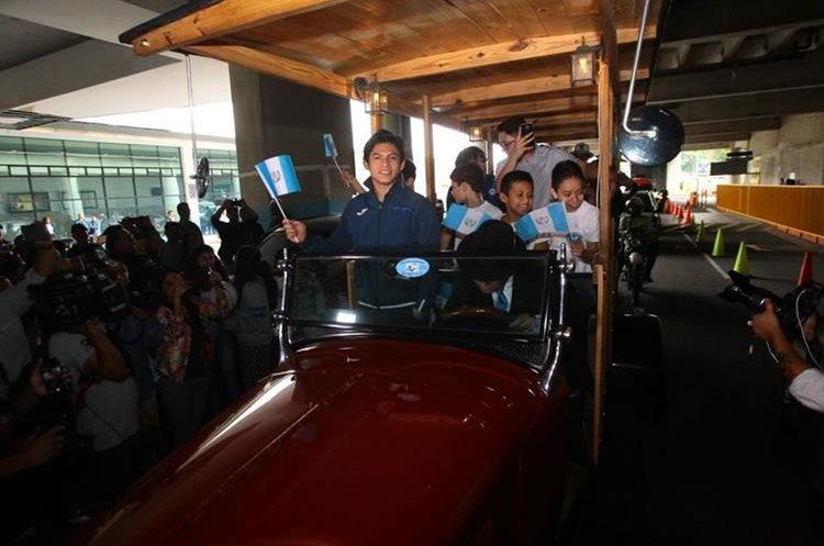 Una comitiva de niños lo acompañó hasta la sede de la CDAG.