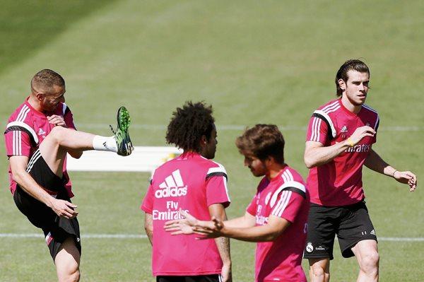 Los jugadores del Real Madrid Marcelo, Karim Benzema, Lucas Silva y Gareth Bale durante el entrenamiento que la plantilla madridista realizó en Valdebebas. (Foto Prensa Libre: EFE)