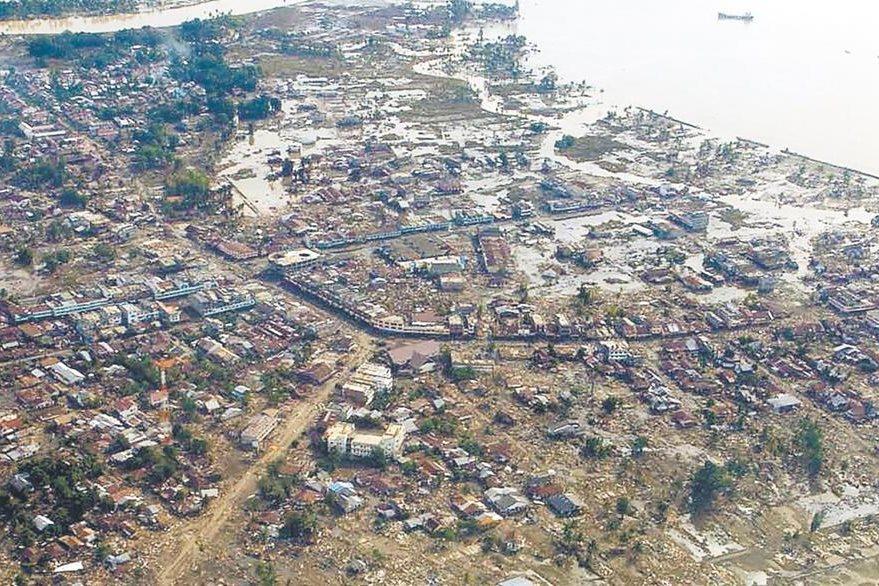 La toma aérea muestra los daños causados por el maremoto en un poblado costero de la provincia de Aceh, Indonesia. 29/12/2004. (Foto: Hemeroteca PL)