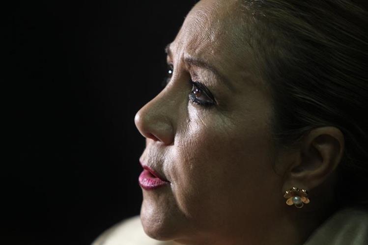 """""""No tengo dinero para pagar —responde al preguntarle si cancelará la fianza—"""", la magistrada Blanca Stalling. (Foto Prensa Libre: Érick Ávila)"""