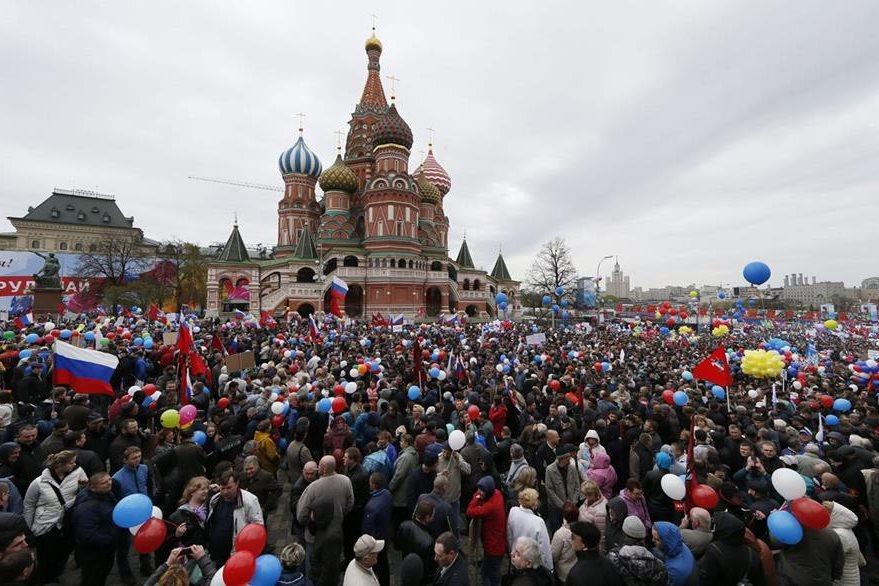 Miles de rusos se congregan en la Plaza Roja con motivo de la celebración del Día de los Trabajadores, en Moscú (Rusia). (Foto Prensa Libre: EFE).