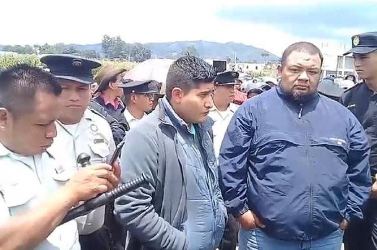 Carlos Chacón y Byron Racique fueron puestos a disposición de las autoridades luego de recibir el castigo maya. (Foto Prensa Libre: Héctor Cordero)