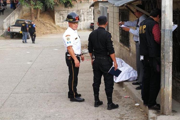 Bomberos y policías permanecen en la escena del crimen en Chinautla. (Foto Prensa Libre: Erick Avila)